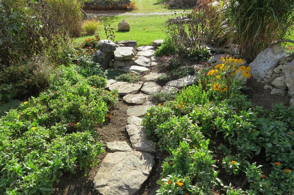 5 amazing garden stone path ideas - Pietre per vialetti da giardino ...